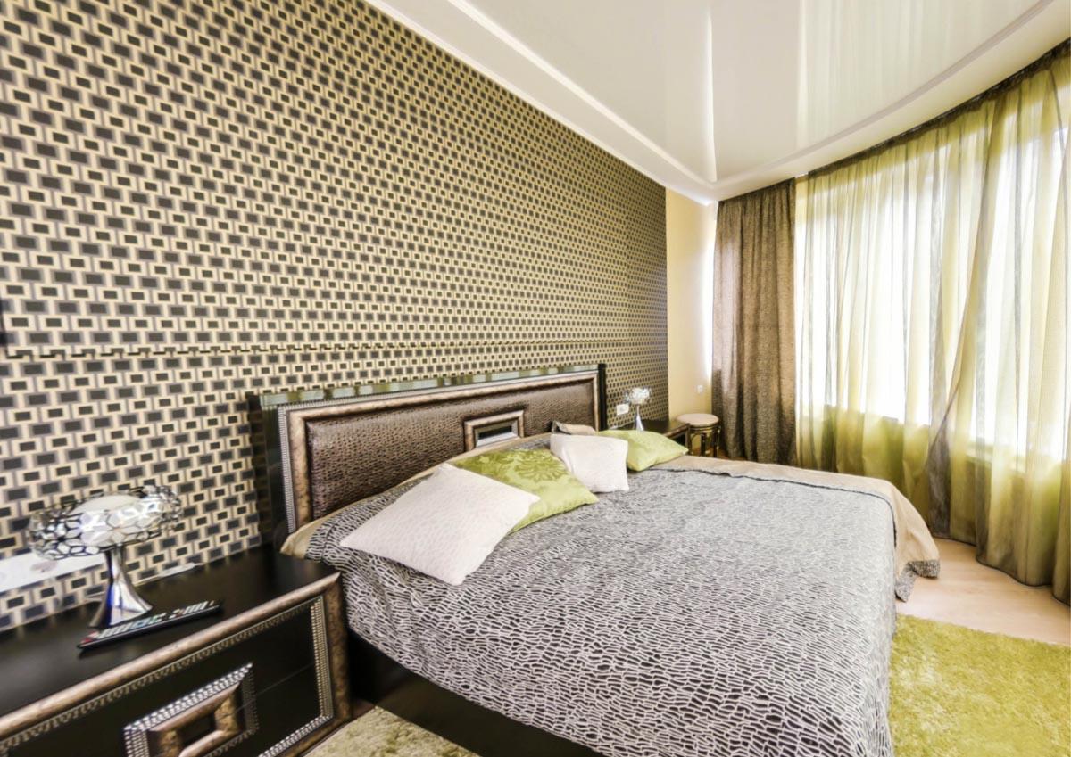 Спальня с видом на кровать